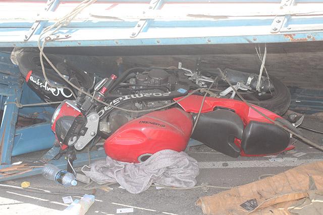 Caminhão tomba na BR-101 em Ibitioca) (11)