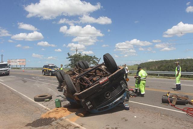 Caminhão tomba na BR-101 em Ibitioca) (14)