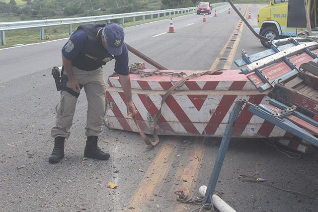 Caminhão tomba na BR-101 em Ibitioca) (2)