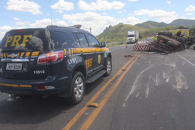 Caminhão tomba na BR-101 em Ibitioca) (6)