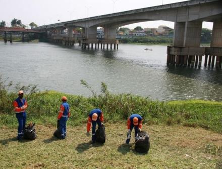 Ação limpa margens do Paraíba