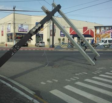 Ventos fortes tombam semáforo na 28 de Março