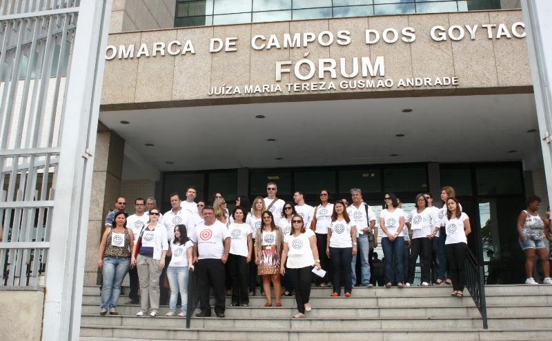 Oficiais de Justiça fazem protesto diante do fórum de Campos