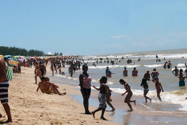 praia de Farol lotada