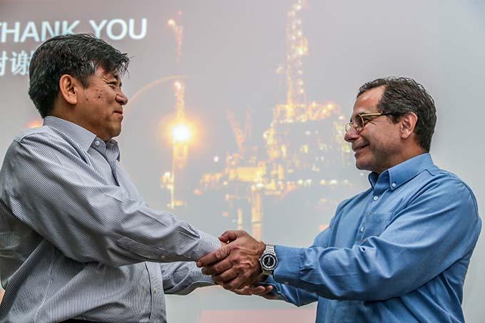 Embaixador Chinês e Magela no porto do do açú
