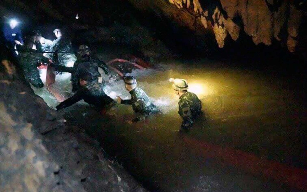 Resultado de imagem para Encerrado resgate por hoje: oito meninos já foram retirados da gruta